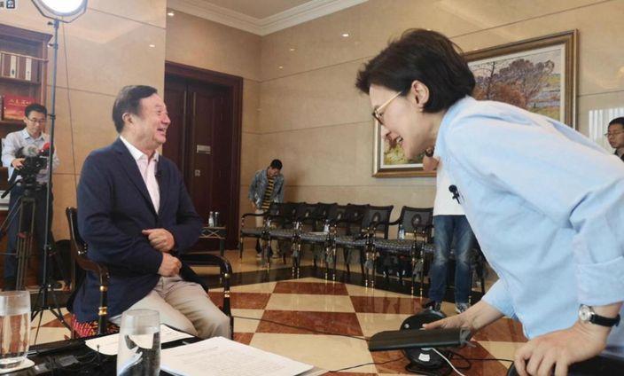 任正非(左)接受央視記者(右)訪問。