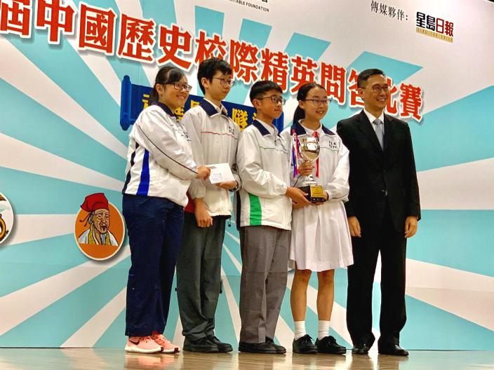 圖:楊局長頒獎給中學組冠軍隊保良局董玉娣中學。