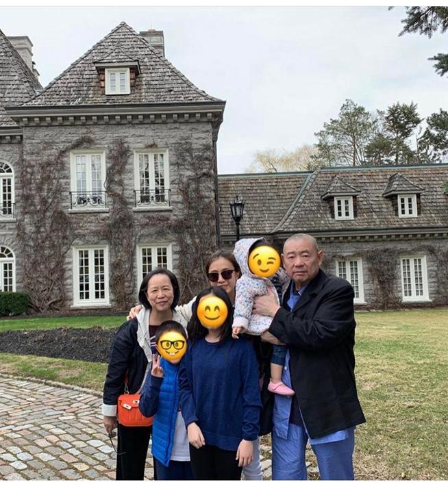 大劉同甘比早前帶三名子女一起去旅行
