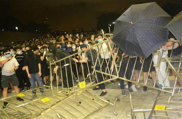 立法會示威區深宵爆衝突。