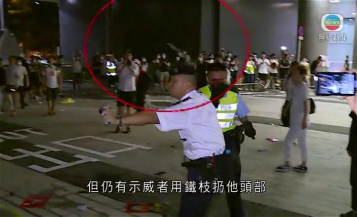 該名受襲警員被同僚拉起身之後,仍然有鐵枝擲向他的頭部。無綫電視影片截圖