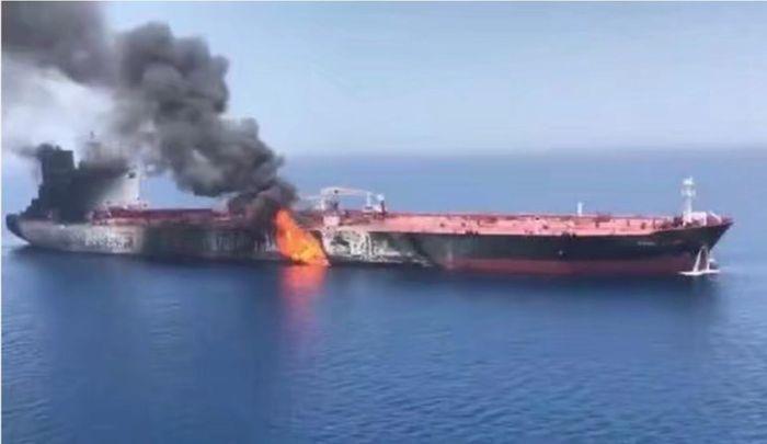 其中一艘油輪受襲著火。