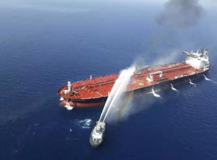 救援船替油輪滅火。