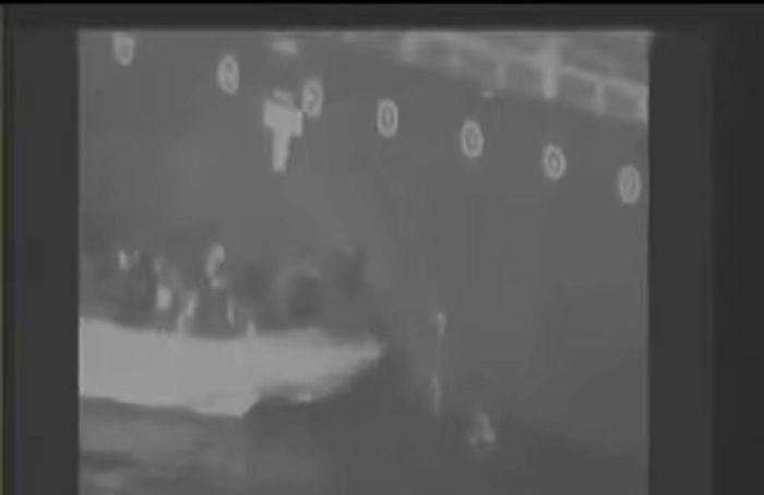 美國還公開伊朗人員取走水雷的影片。