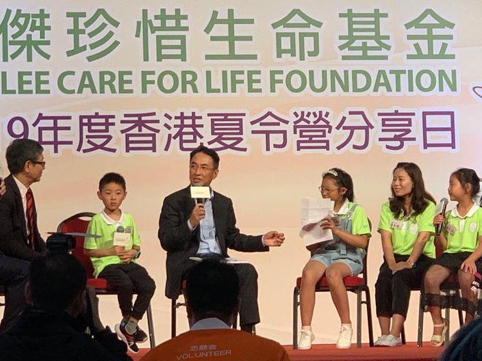 李家杰(中)和受助孩子在台上交流。