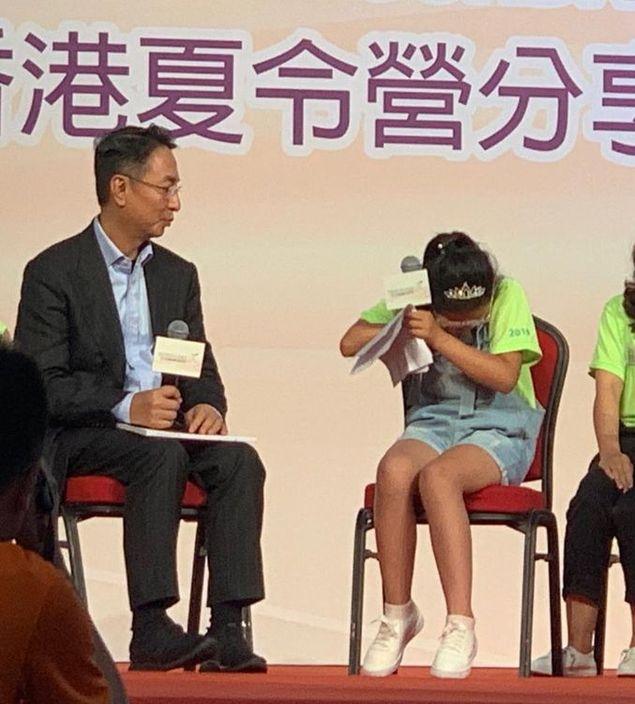 小女孩王可新在分享时激动落泪,李家杰连忙安慰。