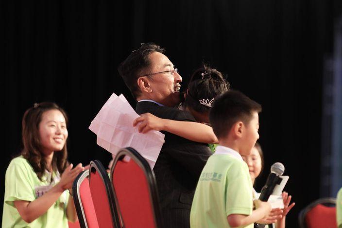 两人激动拥抱。