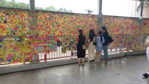 荃灣連儂牆在地鐵站旁,經常吸引大批市民