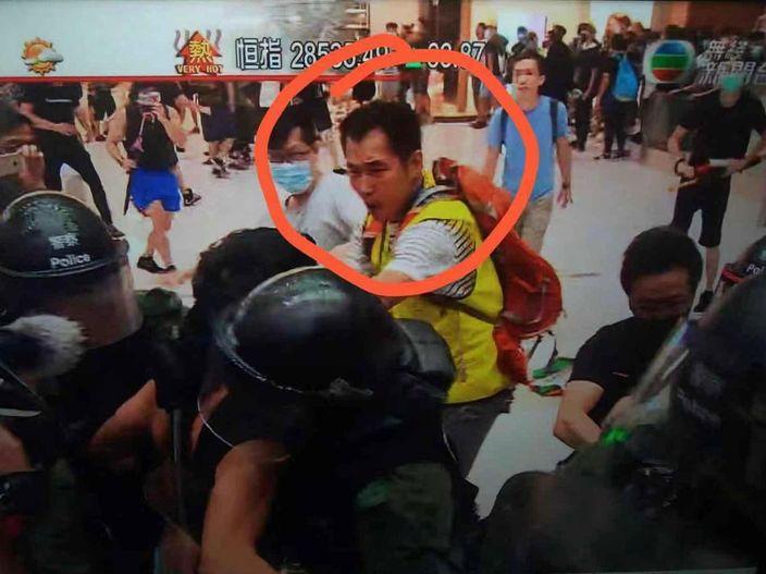圖:其中一張流傳的照片是無綫新聞截圖,指許銳宇(紅圈內)周日在沙田示威現場著上螢光背心掛證扮記者。
