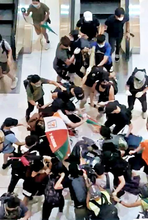 警察被示威者包圍暴打。