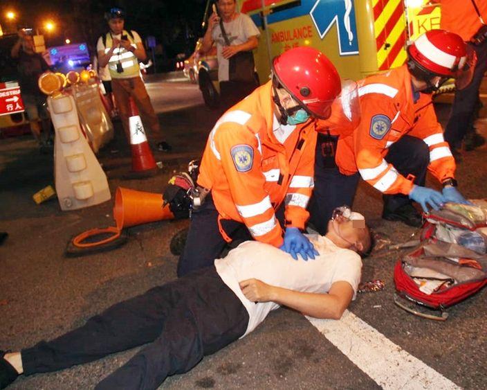 救護人員為「飛天南」做心外壓。