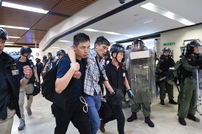 被圍毆警員最後被同袍救走。