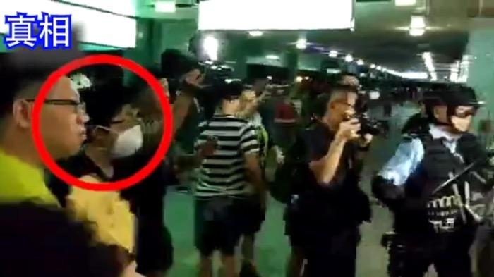 跳橋青年(紅圈內)本來只是站在旁邊,不是警察目標。