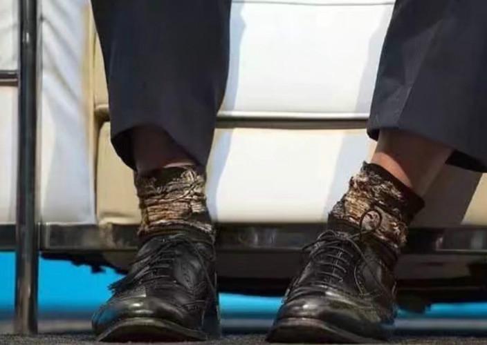 圖: 上星期六,約翰遜在伯明罕穿著一雙獨特襪子,而且是一正一反,其中一隻竟然是反著穿。