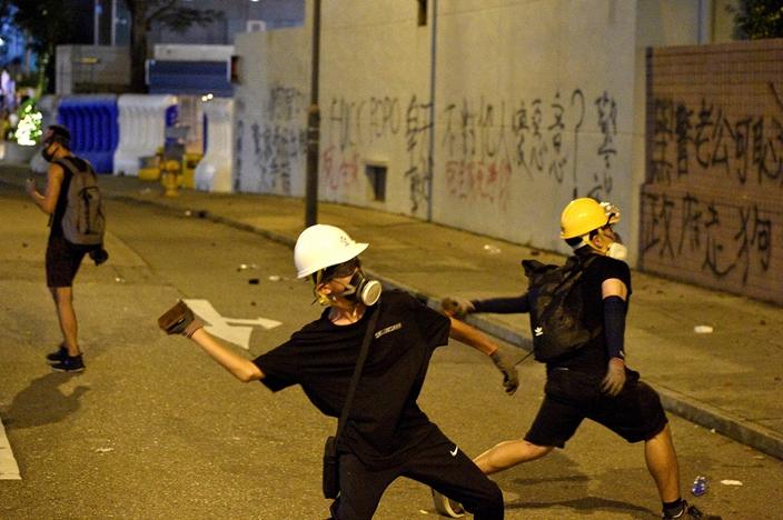 年青人出街掟石,父母心急如焚。