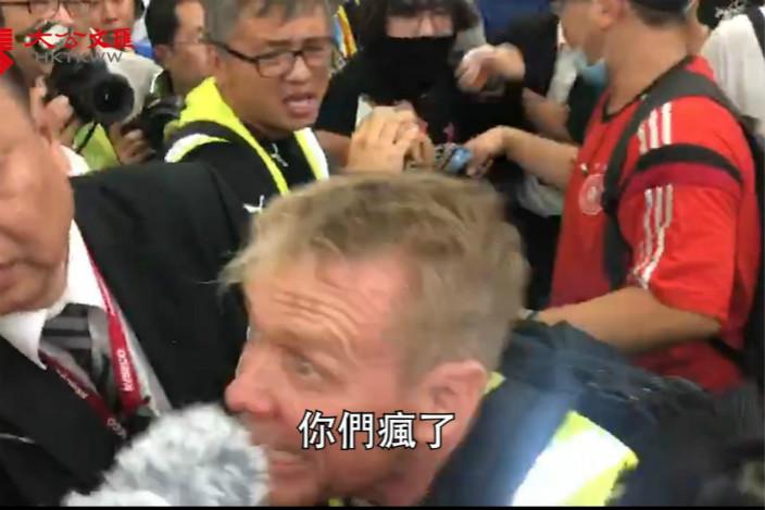 圖:外地記者Richard Scotford直指打人的示威者「你們瘋了」。