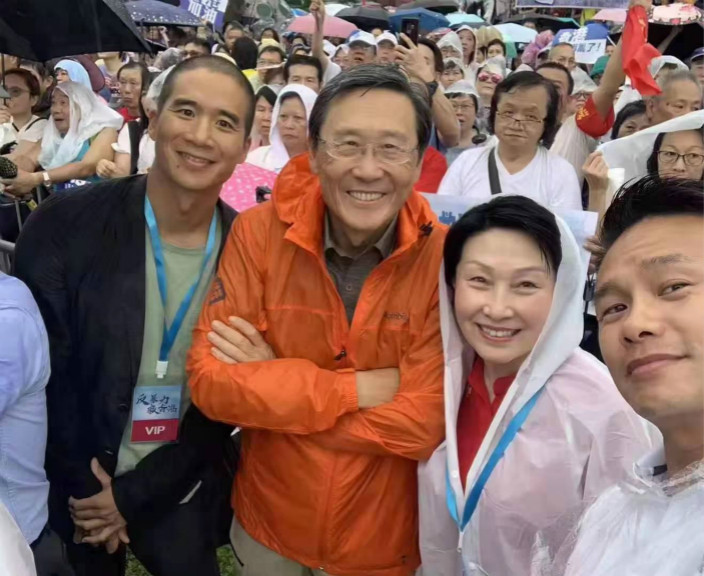 吳光正(左)、吳宗權(中)父子,信和集團副主席黃永光(右)出席集會