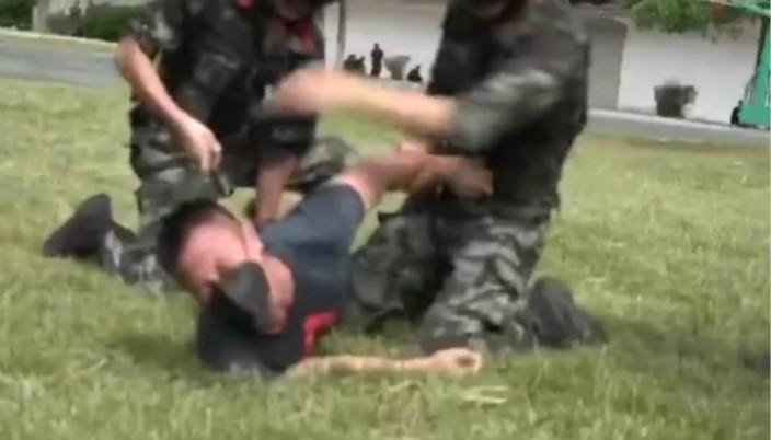 圖: 防暴警察制服類似香港戴黑口罩的暴徒。