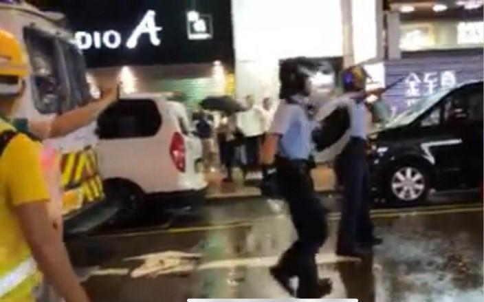 圖: 警員後來落車撤離。