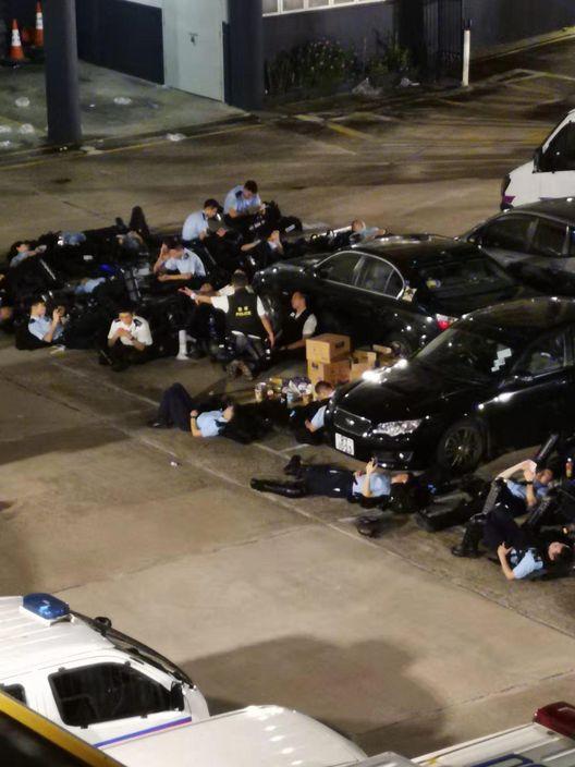 警察打到兵疲糧盡。