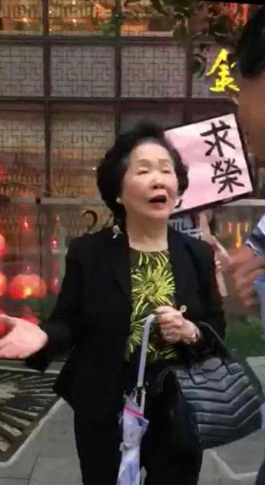 陳太被示威者包圍。