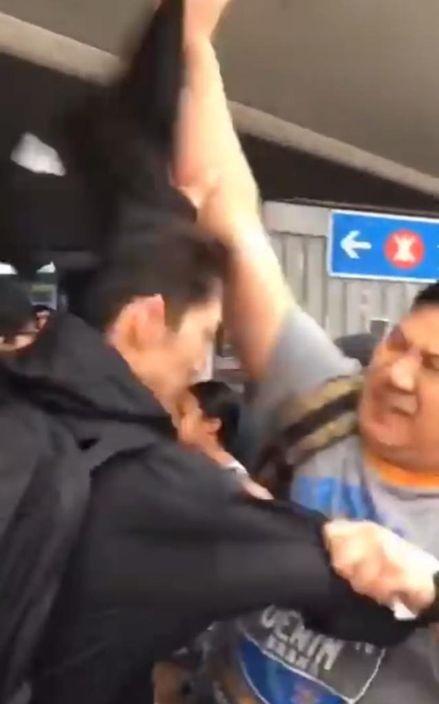 淘大示威黑衣人被摘下頭套。