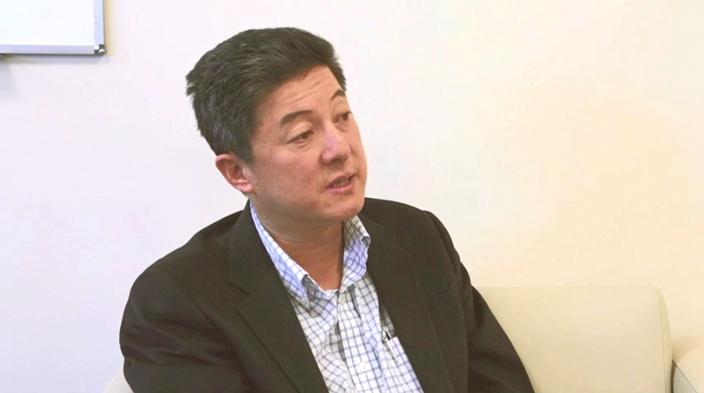 張首晟2015年接受無綫電視節目訪問。(無綫電視截圖)
