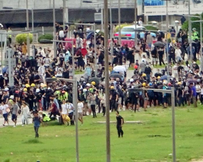 示威者拋鐵枝入機場快線路軌上。