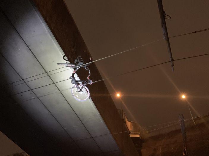 示威者將單車拋上一段架空電纜上。