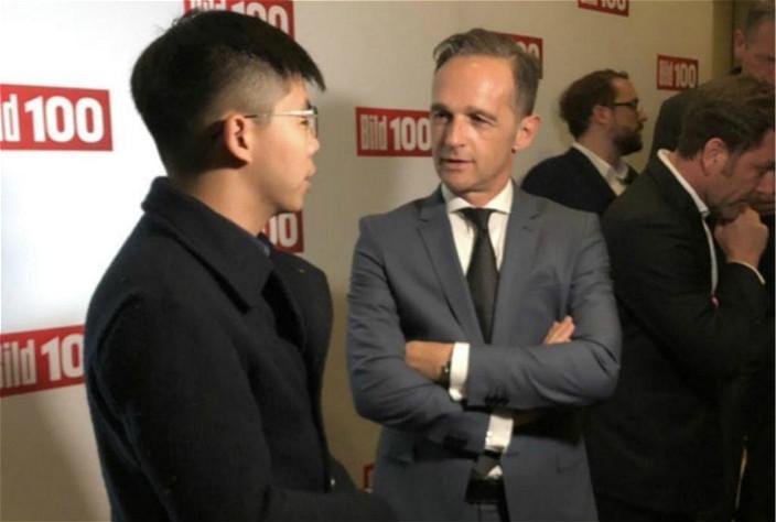 圖: 黃之鋒(左)與德國外交部長馬斯(右)以閒談方式會面。黃之鋒facebook圖片。