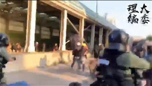 圖:警方在屯門市廣場對出追捕示威者。理大編委影片截圖