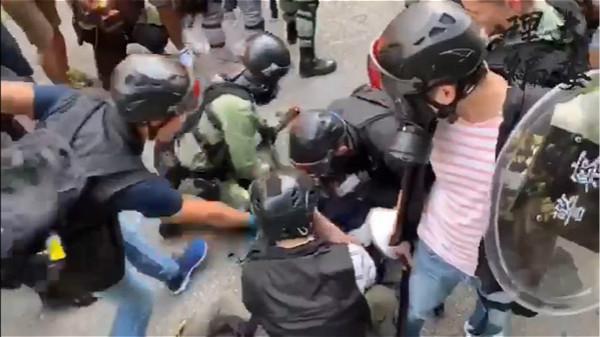 圖:警察把示威者制服在地上。理大編委影片截圖