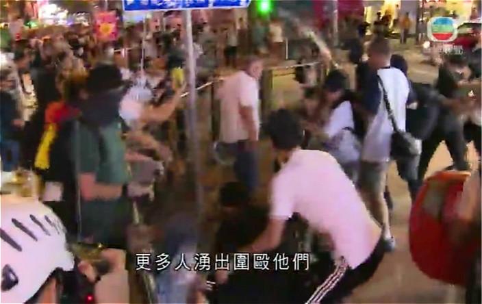 圖: 多人在康樂路包圍暴打2名男子。無綫影片截圖