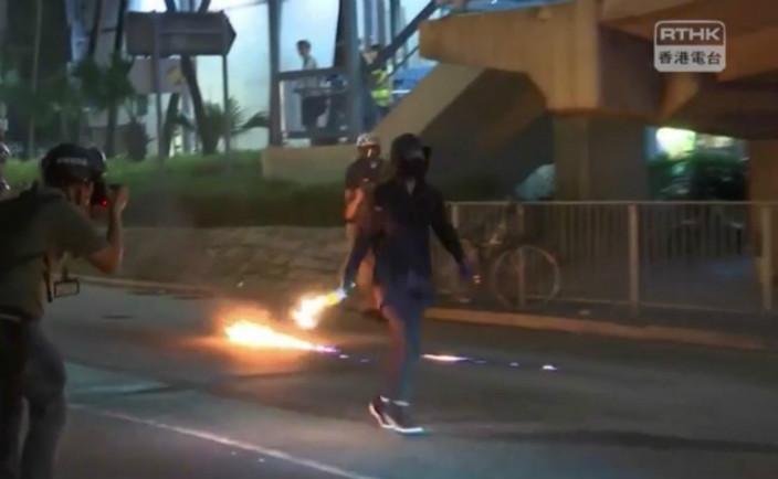 示威者不斷向警方掟汽油彈。港台影片截圖