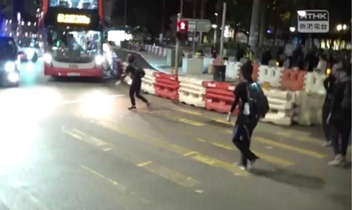 示威者堵塞元朗大馬路,然後在車龍中發動攻擊。港台影片截圖