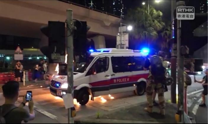 警車車底著火。港台影片截圖