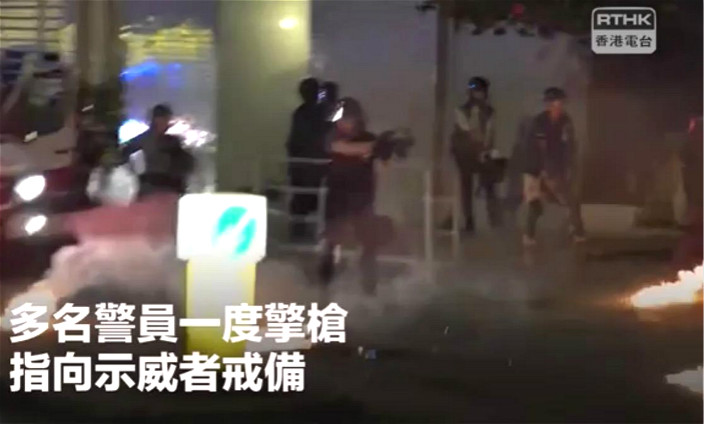 警員一度拔槍戒備。港台影片截圖