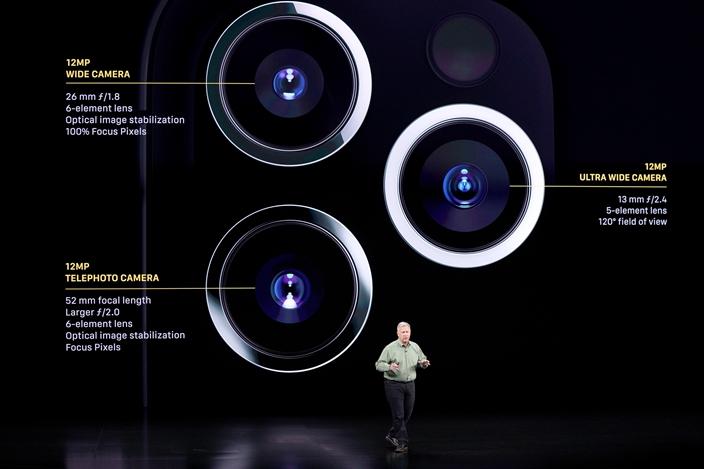 新iPhone加強攝影功能,有意跟華為手機分高下。(AP圖片)