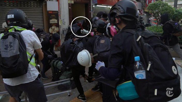 有暴徒手持鐵鎚襲擊已倒地的警員。紐約時報影片截圖
