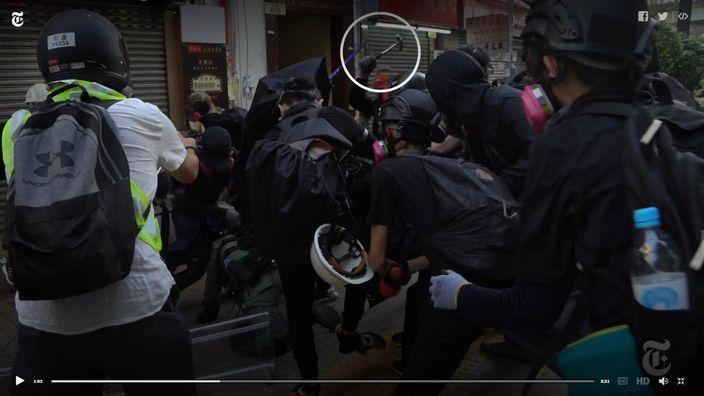 有暴徒手持士巴拿襲擊已倒地的警員。紐約時報影片截圖