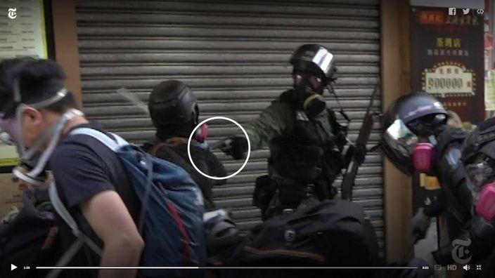 暴徒以金屬管打中到來支援警員的右手,警員鳴槍一響射中暴徒。紐約時報影片截圖