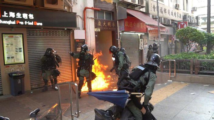有暴徒折返,向警員及倒地示威者的方向投擲汽油彈。紐約時報影片截圖