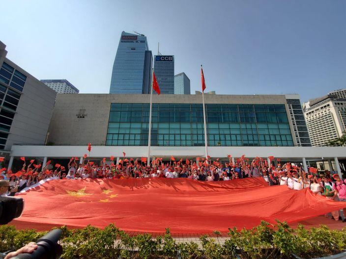 頭戴紅帽的護旗手,今早在香港大會堂出發,到全港各區保護國旗。本網記者攝
