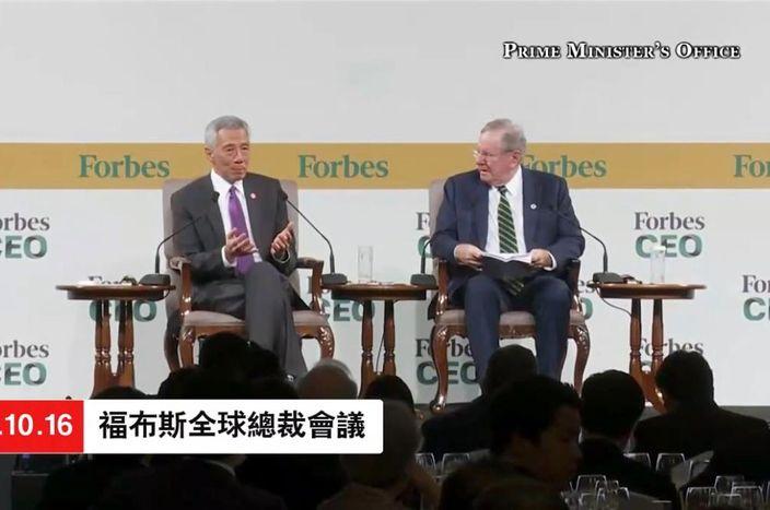 李显龙(左)出席福布斯全球总裁会议。