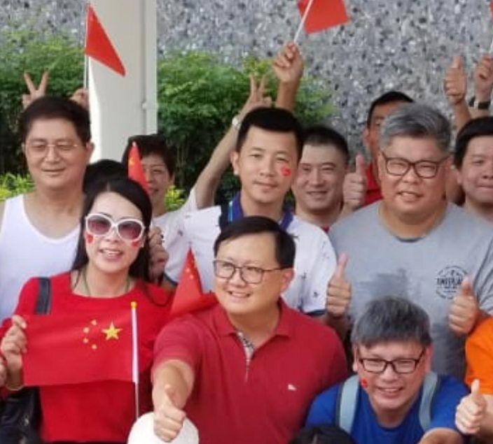 「國慶全民護旗行動」大聯盟召集人黃英豪(前排中)呼籲年輕人不要以身試法破壞國旗。
