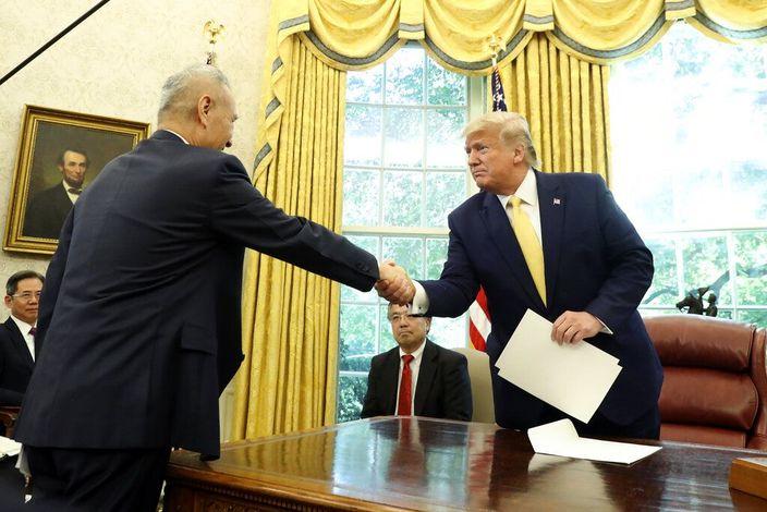 圖: 特朗普在白宮見中國國務院副總理劉鶴。(AP圖片)
