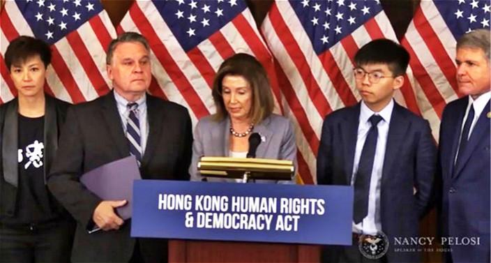 美國眾議院議長佩洛西(中)與黃之鋒(右2)和何韻詩(左1)等人會面後見記者。佩洛西面書直播截圖