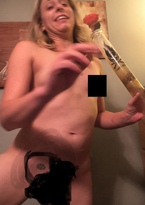 希爾的祼照曝光,只見她拿著煙槍,身上有納粹鐵十字紋身。網上圖片