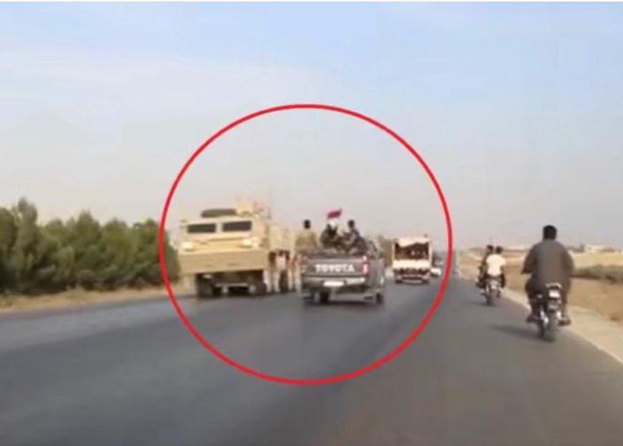 美俄軍車在公路上擦身而過。