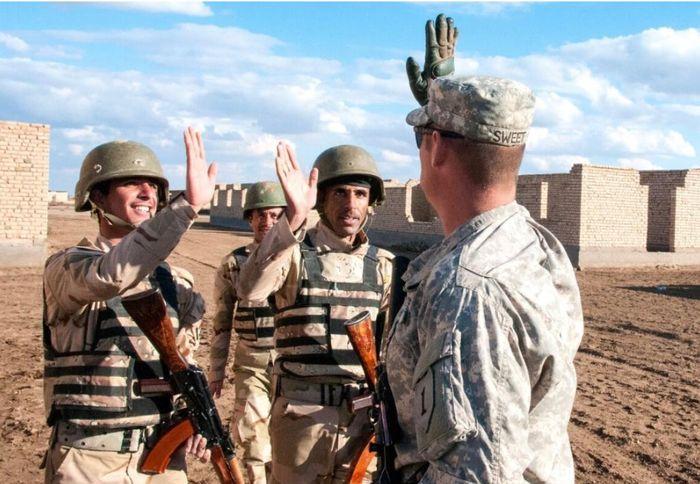 美軍在伊拉克培訓政府軍事士兵。網上圖片